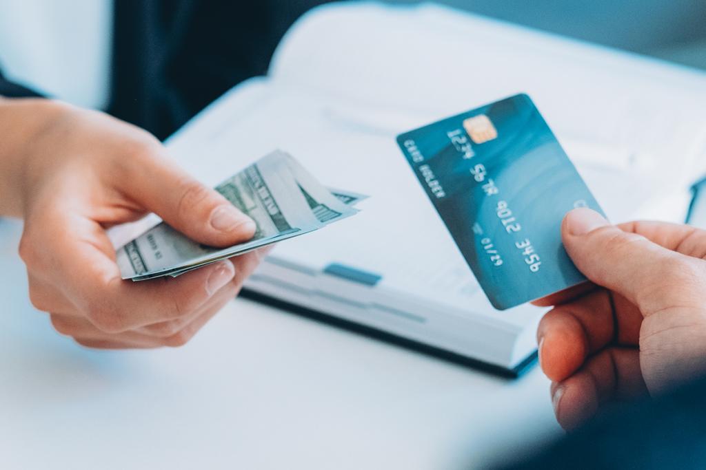 マイルが貯まるクレジットカードを利用して支払いをする